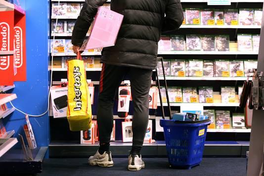 20190309 - Breda - Opheffingsuitverkoop Intertoys vanwege het faillissement. Klant in de winkel aan de Karnemelksestraat. FOTO: PIX4PROFS/RAMON MANGOLD
