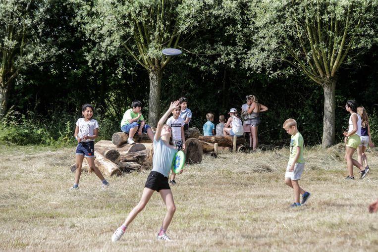 De kinderen van De Blokkendeus ravotten op hun speelplekje in De Reukens.