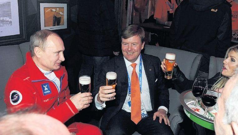 Koning Willem-Alexander en koningin Máxima heffen in Sotsji het glas met president Poetin. Beeld epa