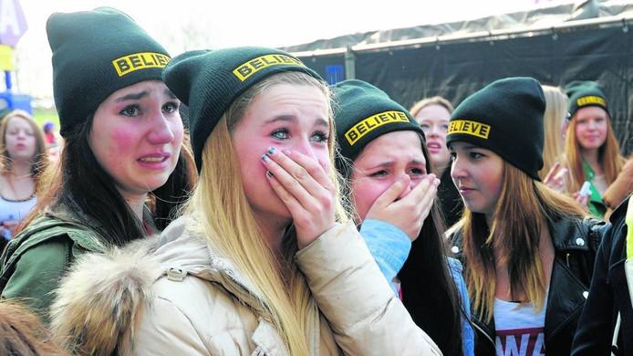 Jonge fans bij GelreDome voor het concert dat Justin Bieber daar in 2013 gaf.