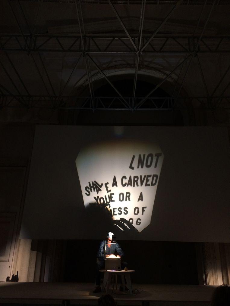 De performance van Vaast Colson op de Biënnale in Moskou. Beeld Jozefien Van Beeck