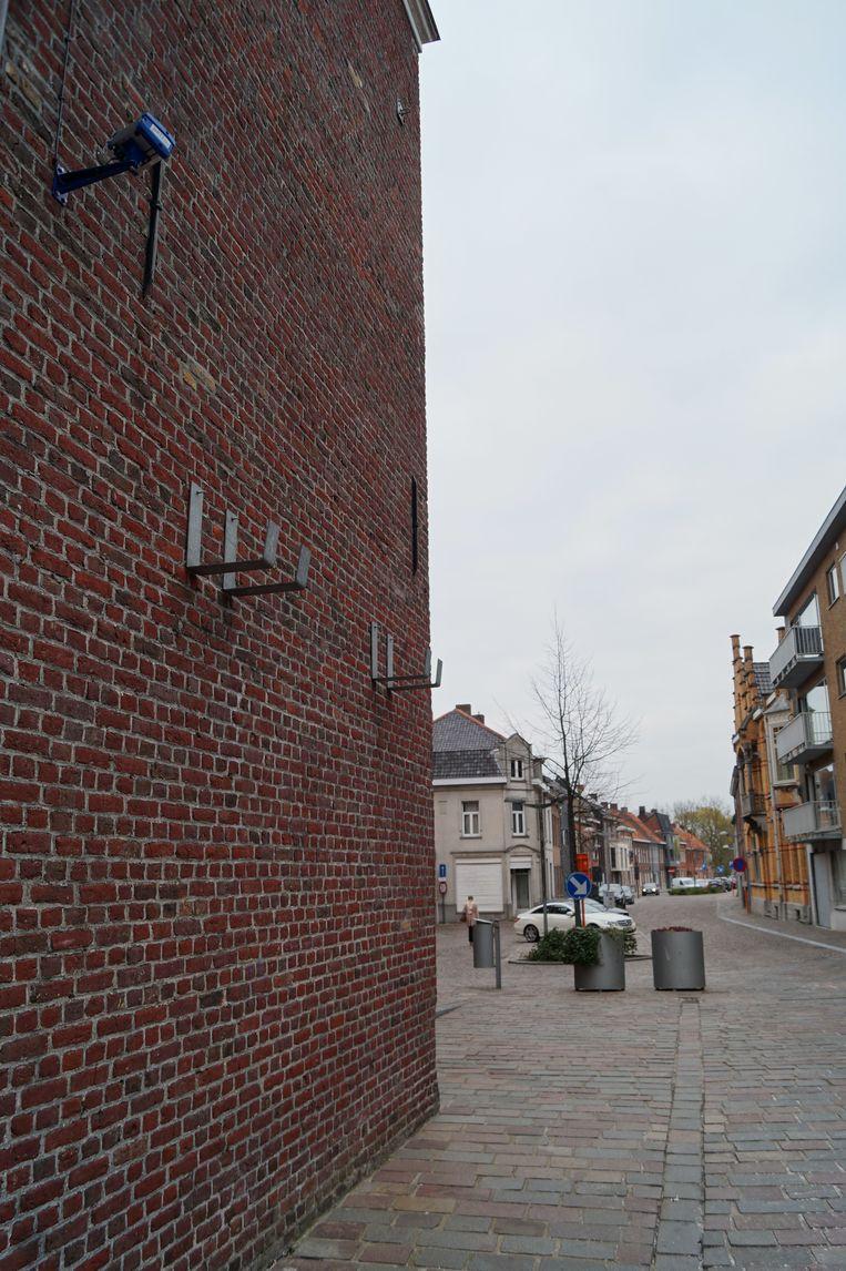 De nieuwe ANPR-camera aan de zijgevel van het stadhuis.