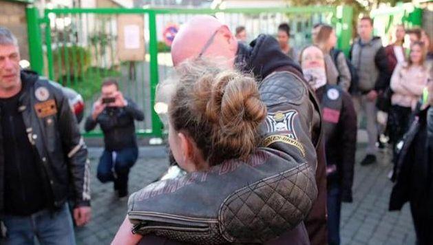 """L'association """"Bikers For Children"""" qui vient en aide """"aux enfants punis par la vie"""" a eu vent de cette triste histoire et a décidé de prendre les choses en mains. Ainsi, ce mercredi, une trentaine d'entre eux ont escorté l'adolescente à son école située rue Maghin, à Liège."""
