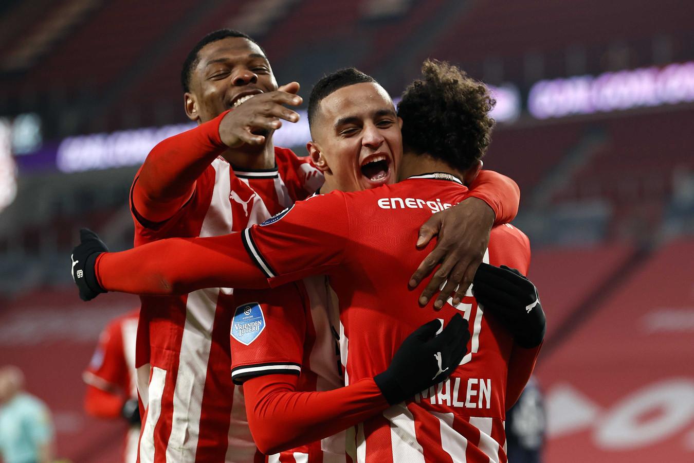 Denzel Dumfries, Mohamed Ihattaren en Donyell Malen in actie bij PSV, waar ze juichen na een goal.