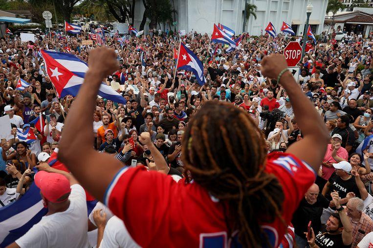 Een uitzinnige groep betogers wil het regime van de Cubaanse president Miguel Díaz-Canel afgevoerd zien.  Beeld Getty Images