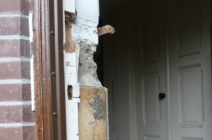 De deur van de kerk in Liessel, net na de inbraak.