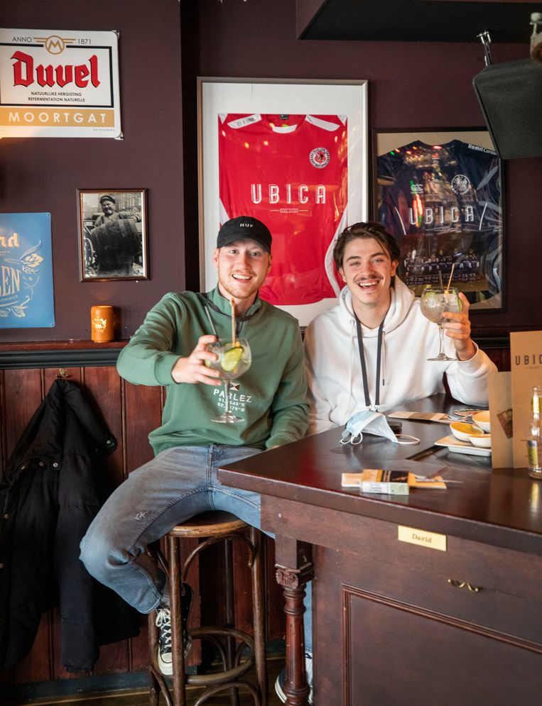 Klanten in Fieldlab Café Ubica in Utrecht. Beeld Werry Crone