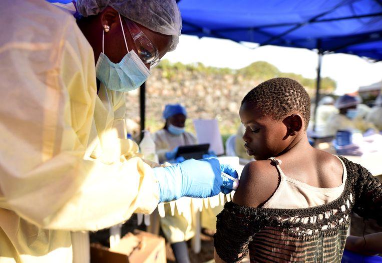 Een welzijnswerker geeft een vaccin aan een Congolees meisje in Goma.  Beeld REUTERS