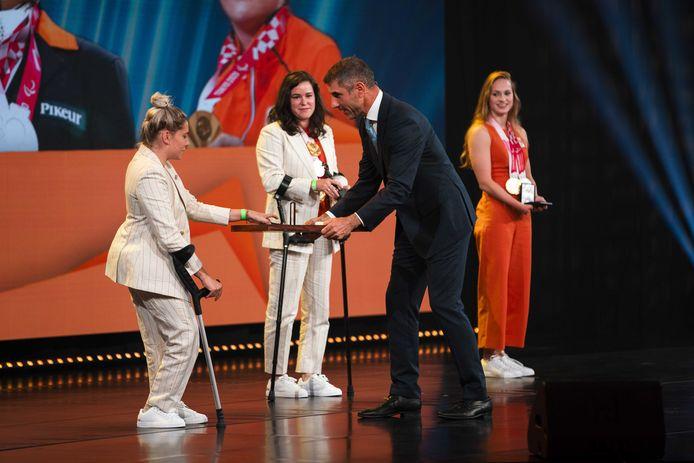 Staatssecretaris Paul Blokhuis deelde de koninklijke onderscheidingen uit.
