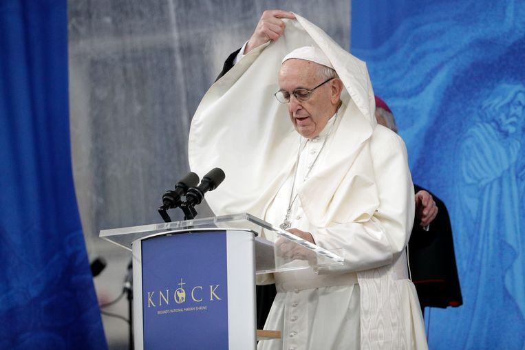 Paus Franciscus spreekt Ierse gelovigen toe. Dat land geldt als erg katholiek, maar Tinneke Beeckman gelooft dat de Kerk wereldwijd snel aan invloed kan verliezen. Beeld AP