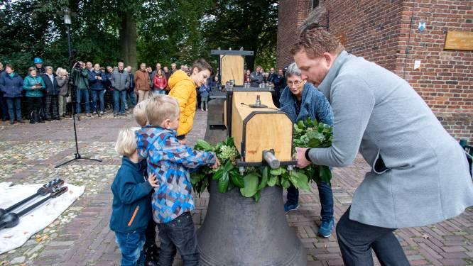 Gerestaureerde klokken van 'n Oalen Griezen terug in Hellendoorn: 'Ze kunnen nu weer eeuwen mee'