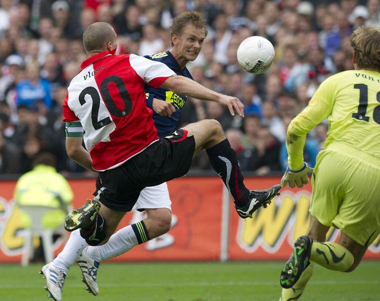 Ron Vlaar (L) van Feyenoord kan niet voorkomen dat Siem de Jong van Ajax de bal langs doelman Rob van Dijk van Feyenoord schiet en de 0-1 maakt. Beeld