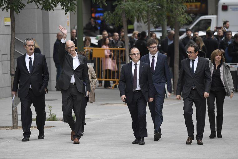 Ministers van de ontslagen Catalaanse regering arriveren donderdagmiddag bij het gerechtsgebouw in Madrid voor verhoor. Beeld AFP