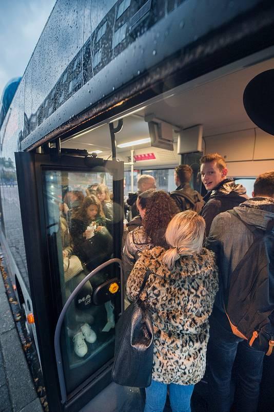 HBO-studenten en leerlingen van andere scholen in Arnhem gaan 's ochtends massaal met de bus.