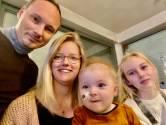 """Baby Victor lijdt aan dezelfde spierziekte als baby Pia en kreeg via loting een spuitje van 1,9 miljoen: """"Hij kan al spelen met zijn harnasje, maar de weg is nog lang"""""""