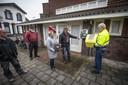Henk Poort van Stichting Twente Hart Safe brengt de Dichtersbuurt een nieuwe AED. Liesbeth Huisman en Louis Jannink van de Bewonersvereniging nemen het apparaat in ontvangst.