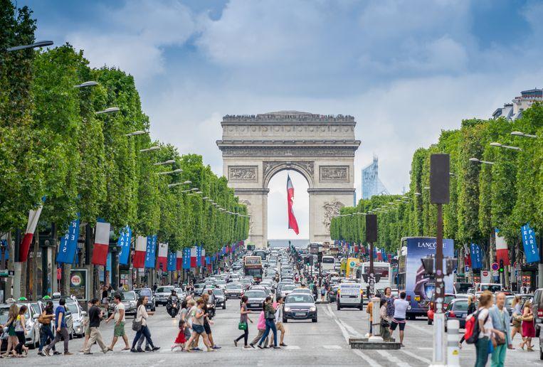 De bekende Champs-Elysées geeft uit op de Arc de Triomphe. Beeld Belga