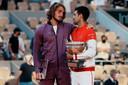 Novak Djokovic krijgt de felicitaties van Stefanos Tsitsipas.