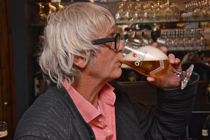 Pieter Aspe zoals ze hem in café Vlissinghe kennen: met een Omer