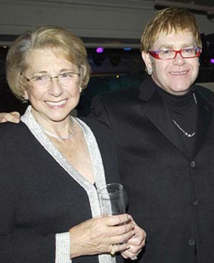 Elton John en zijn moeder Sheila Farebrother op archiefbeeld.