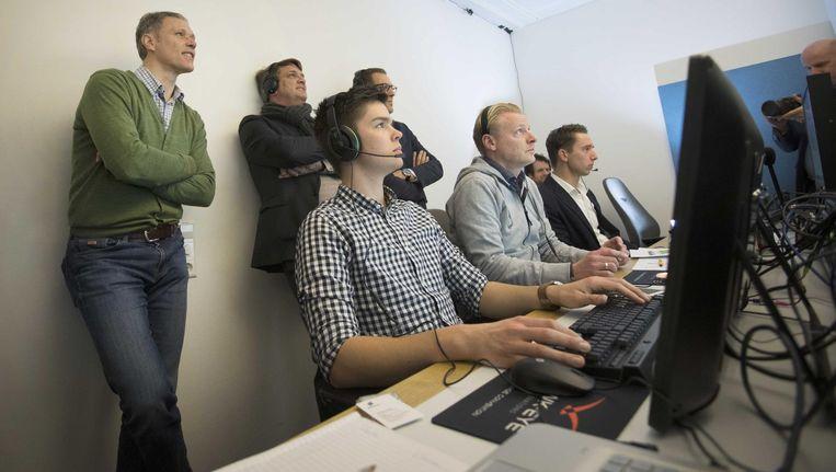 Marco van Basten kijkt toe hoe videoscheidsrechter Kevin Blom in Hilversum het bekerduel Sparta - Vitesse volgt. Beeld anp