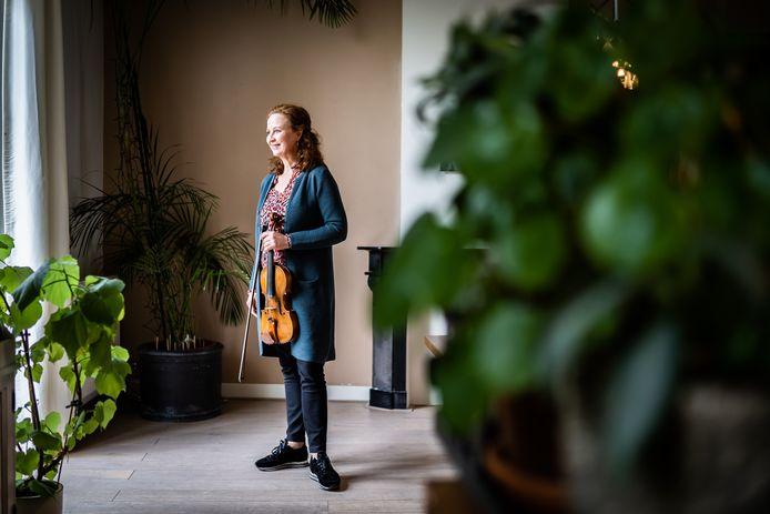 Violiste Cécile Huijnen heeft een boek geschreven over haar belevenissen in de wereld van de klassieke muziek.