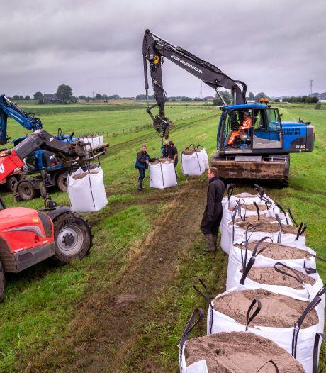 Boeren gesommeerd geplaatste zandzakken om akkers tegen hoog water te beschermen weg te halen