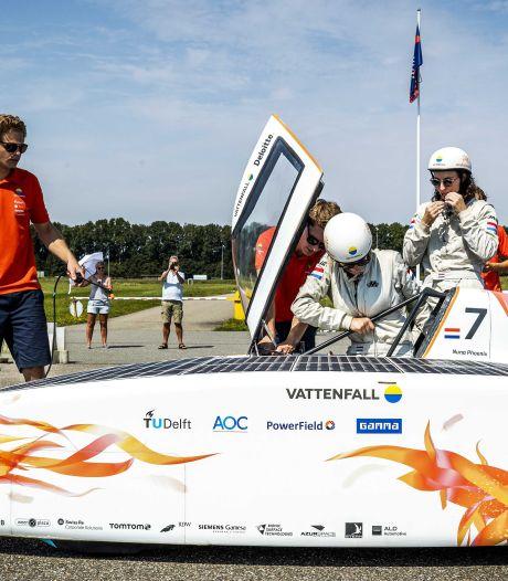 Mees pakt met drie andere Delftse zonnecoureurs het wereldrecord in zinderende race