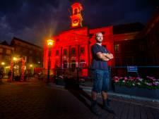 Het Dordtse Stadhuis lichtte rood op dankzij Marc en zijn collega's: 'Onze schreeuw naar de politiek'
