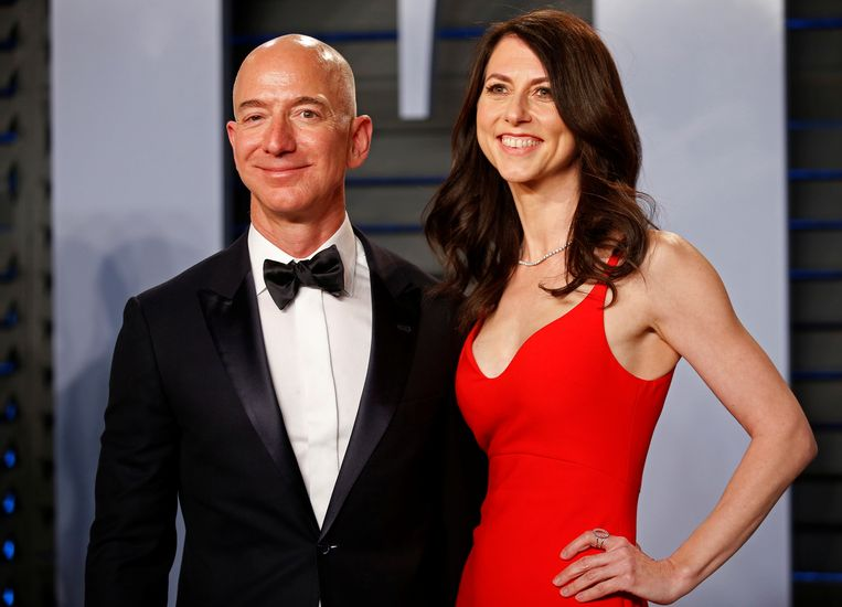 Jeff Bezos en zijn ex-vrouw MacKenzie in betere tijden. Door de scheiding is MacKenzie Bezos nu de op twee na rijkste vrouw ter wereld met een vermogen van 45,2 miljard dollar (41,9 miljard euro). Beeld REUTERS