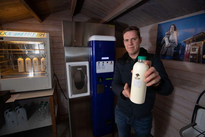 Boer Dennis Spronk uit Kamperveen bij zijn melktapperij.