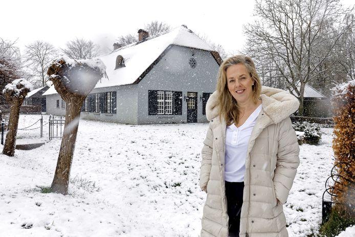 Isabel van Genugten voor haar boerderij in Schijndel waar het health and lifestyle centrum komt.