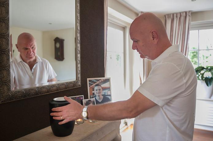 Vader Aad Tilburg bij de gedenkplek van zijn zoon Mylan. Op de schouw staan foto's van zijn zoon en de urn met zijn as.