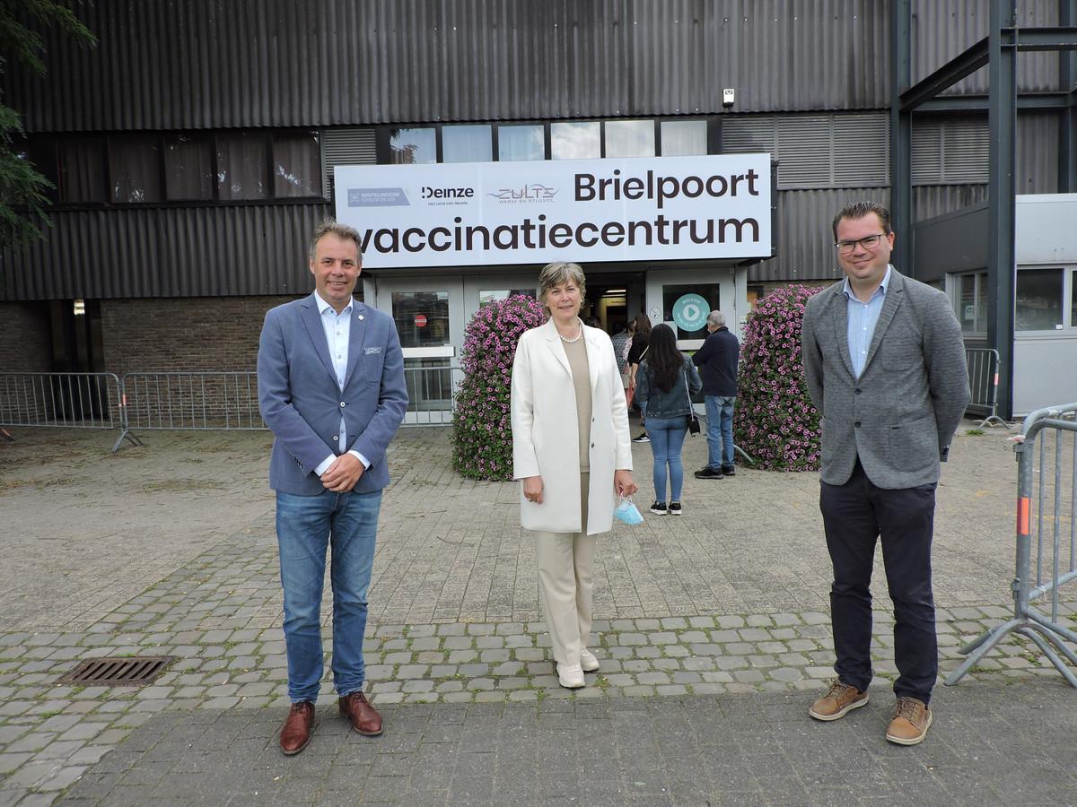 Burgemeester Jan Vermeulen, Conny De Spiegelaere, schepen van gezondheidszorg en burgemeester Simon Lagrange doen de aankondiging.