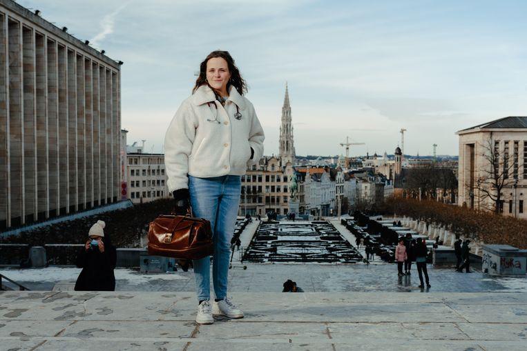 Charlotte Goemaere, huisarts in Brussel: 'De angst en eenzaamheid zijn schrijnend. Voor sommige mensen voelt elk contact aan als een enorm risico.' Beeld Damon De Backer