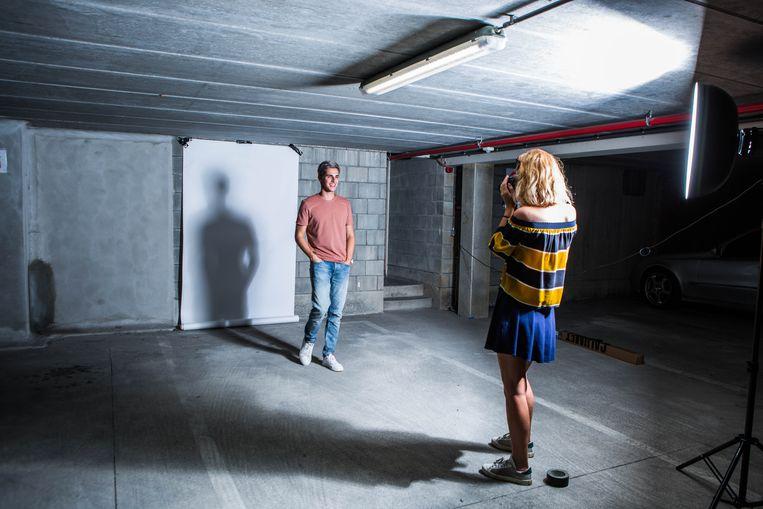 ► Modeblogger Matthias Geerts is in zijn sas tijdens de fotoshoot van een fotoshoot. Beeld Thomas Legrève