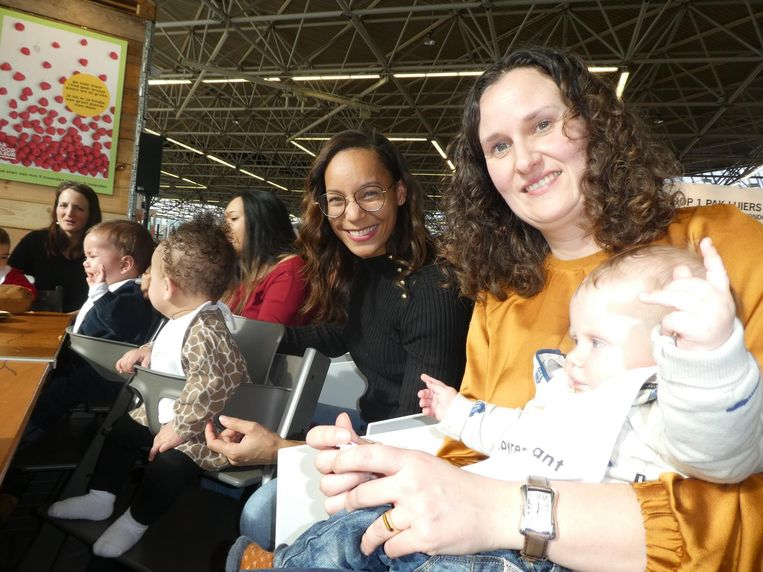 Njorjetta Garmes met Ruby, die de zoete aardappel-pompoenspread lekker vindt. Ook met Anne Marie Borgdorff en Thomas Beeld Schuim