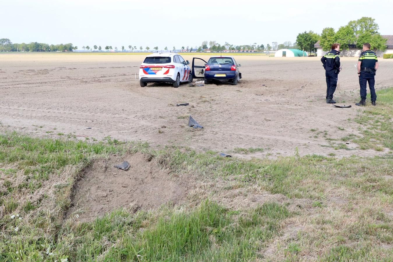 De politieagenten praten tevreden na. De vluchtende automaniak is gepakt.