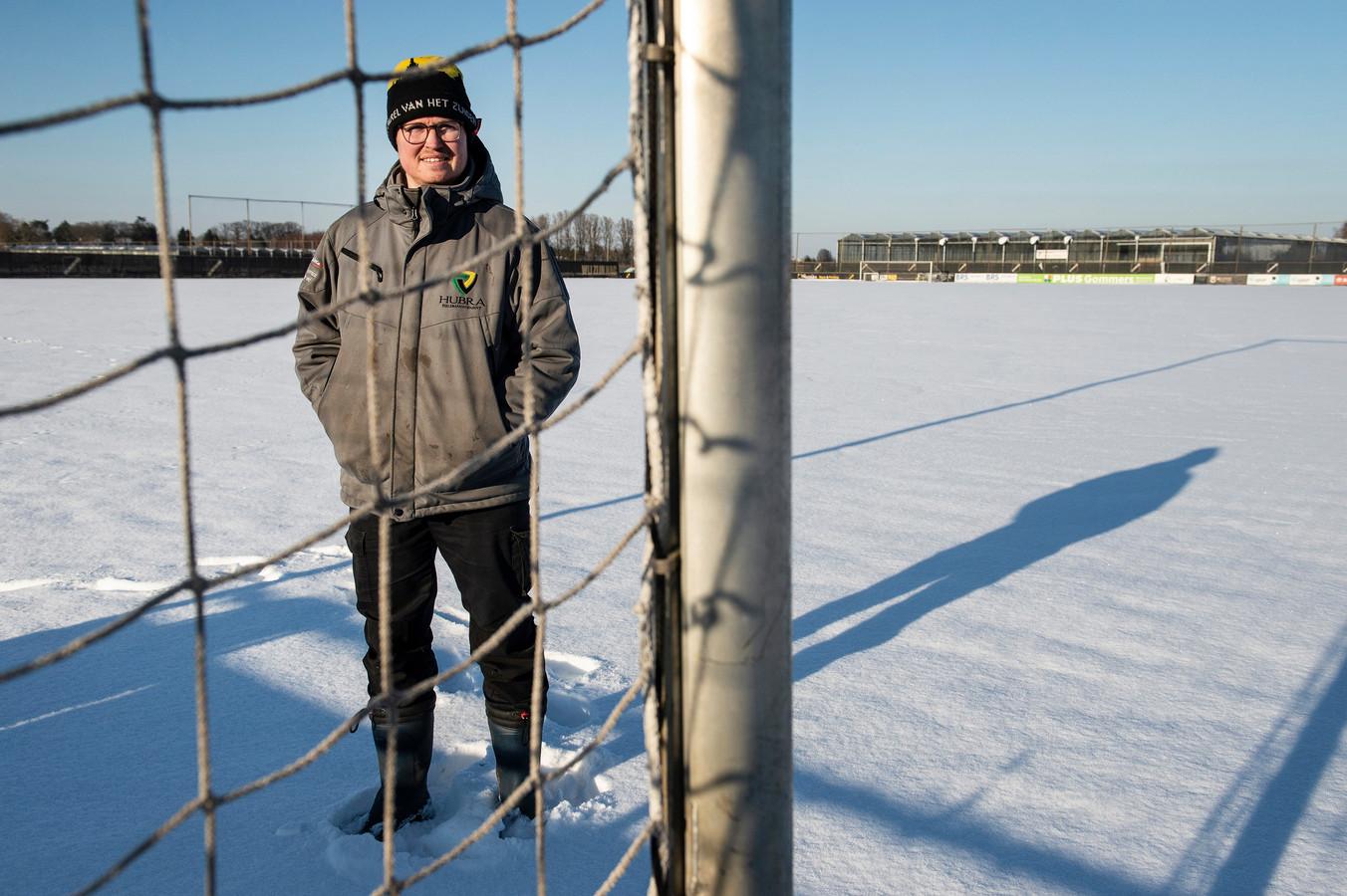 Pix4Profs-Ron Magielse  de grasmeester van nac erwin braspenning over besneeuwde voetbalvelden en de effecten van de kou op het gras.