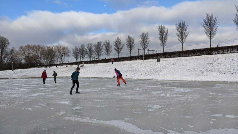 De eerste schaatsers dinsdagochtend in het Westerpark. Beeld Hendrik Arendsen