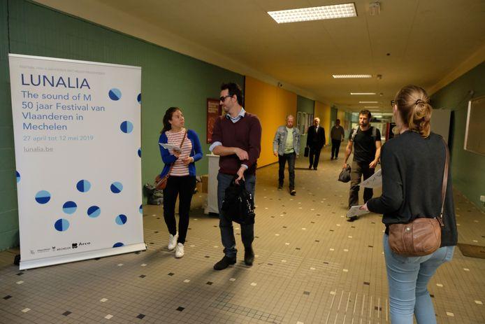 Medewerkers van LUNALIA deelden koekjes uit in het station van Mechelen