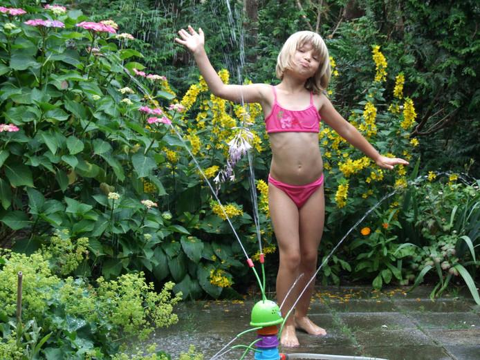 Afkoelen kan op allerlei manieren. Ook in de tuin met een heus waterballet. Lekker tussen de bloemetjes.