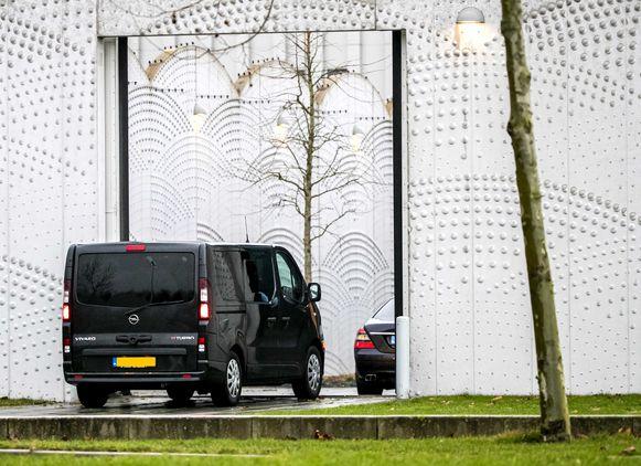 Archiefbeeld van beveiligde auto's bij de rechtbank op Schiphol voor een zitting in het grote liquidatieproces.