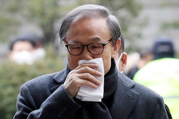 Lee Myung-bak komt aan bij de rechtbank.