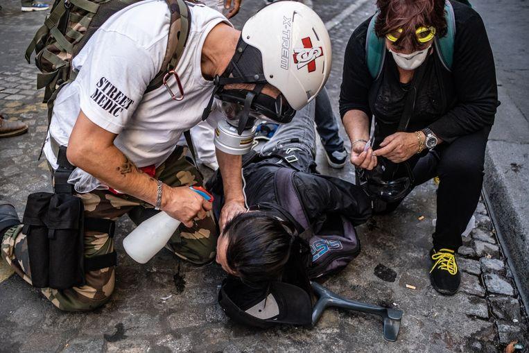 Meer dan 100 demonstranten zijn aangehouden tijdens gelehesjesprotesten in de Franse hoofdstad. Traangas werd regelmatig gebruikt.  Beeld Joris Van Gennip