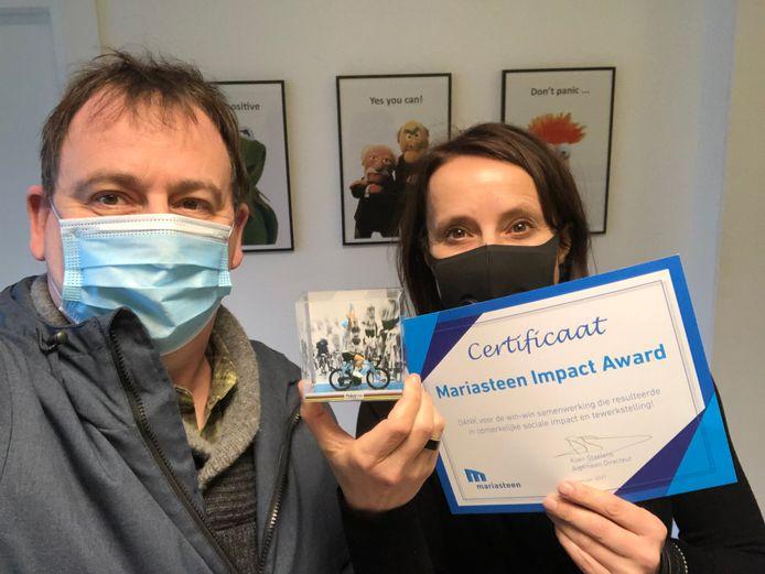 De award bestaat uit een miniatuurrennertje en een certificaat