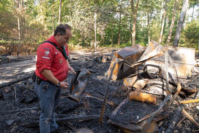 Sander Koop van Merhula, daags na de brand bij de resten van het scoutinggebouw.
