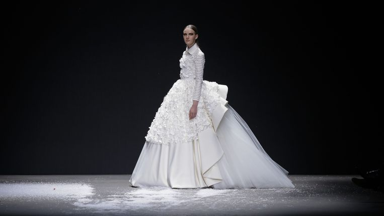 'Het probleem zit 'm echter van achteren, waar duidelijk wordt dat de jurk van neopreen is. ' Beeld Team Peter Stigter