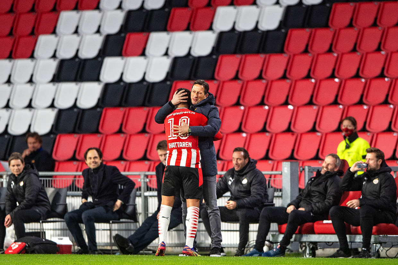 Roger Schmidt knuffelt Mo Ihattaren, die duidelijk moeite heeft met de speelwijze van de Duitser, na diens prachtige treffer in het thuisduel met FC Utrecht. Beeld Guus Dubbelman / de Volkskrant