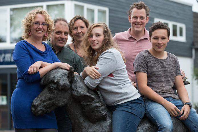 Leden van de initiatiefgroep Heeten Begroot, met links op de foto Giny Hoogeslag.